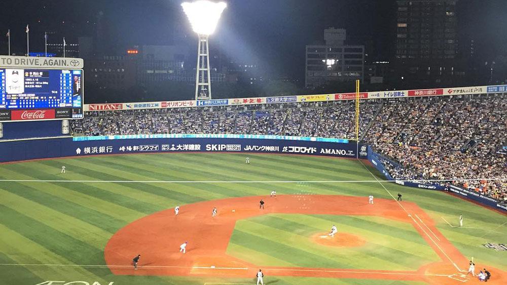 ナイターの横浜スタジアムの風景