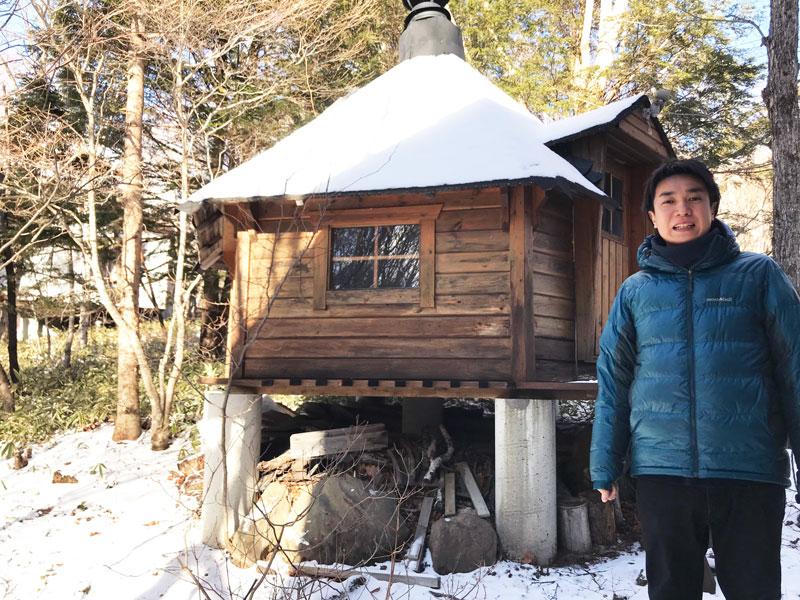 山小屋の前で佇む